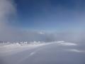 Symbiose von Schnee, Wechten und Nebel